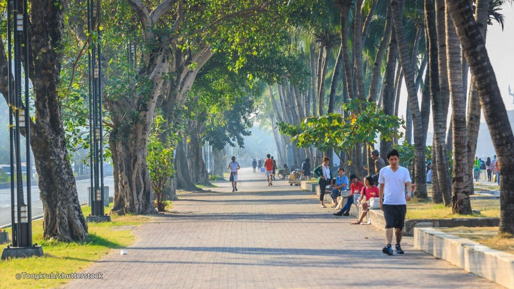 Stroll along Manila Baywalk