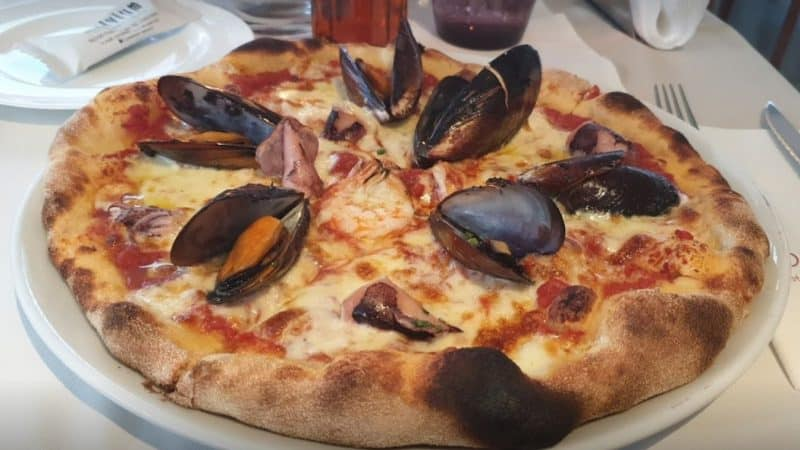 7 of the best pizzas in Santorini